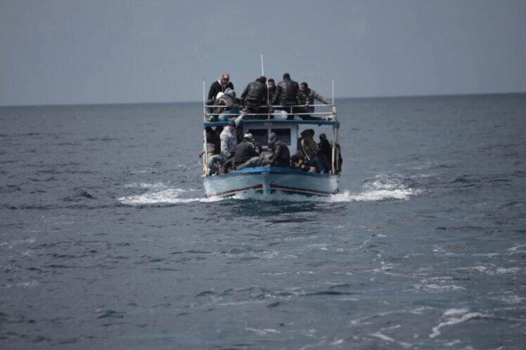 un-italien-debarque-a-lampedusa-sur-un-bateau-de-migrants
